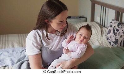 bébé, tenant armes, elle, mère