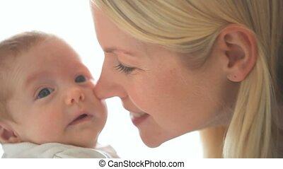 bébé, tenue, femme, baisers, lui