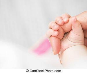 bébé, tient, doigt, mère