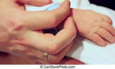 bébé, tient, paume, main, parental