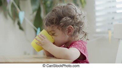 bébé, verre., lait, mignon, boire, girl, enfantqui commence à marcher