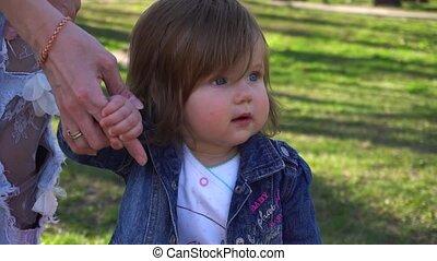 bébés, main, girl., étapes, tenue, mère, bébé, premier
