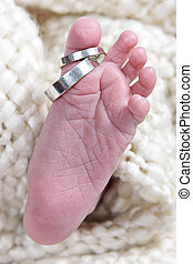 bébés, pied, pris, closeup, à, anneaux