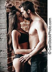 béseme, derecho, now., vista lateral, de, hermoso, joven, shirtless, el besarse de los pares, y, abrazar, mientras, posición, cerca, pared ladrillo