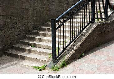 béton, escalier métal, balustrade