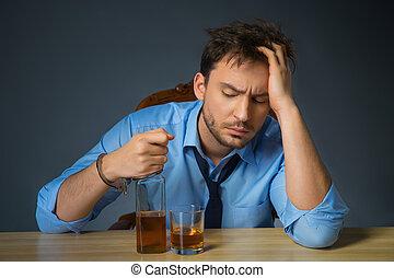 bêbado, álcool, homem, tabela, bebendo