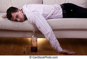 bêbado, homem dormindo, sofá