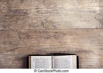 bíblia, ligado, um, escrivaninha madeira