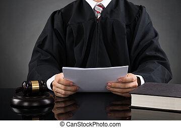 bíró, felolvasás, dolgozat