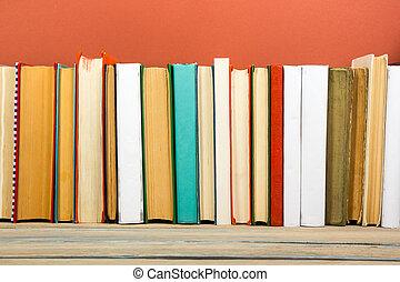 böcker, på, grunge, trä tabell, skrivbord, hylla, in, library., sedan till utbilda, bakgrund, med, avskrift tomrum, för, din, annons, text., gammal, hardback, nej, etiketter, tom, rygg