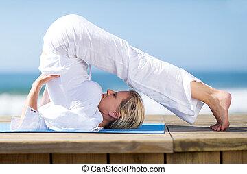 böjlig, moget kvinna, yoga