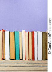 bøger, på, grunge, træagtig tabel, skrivebord, hylde, ind, library., tilbage til uddanne, baggrund, hos, kopi space, by, din, reklame., text., gamle, hardback, nej, etiketter, blank, rygrad