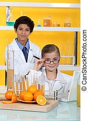børn, gør, kemi, eksperimenterne, hos, appelsin saft