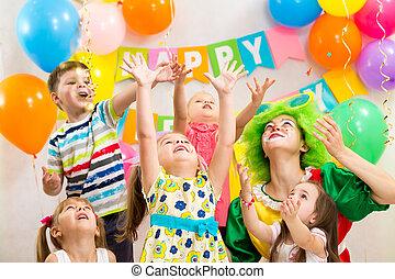 børn, gruppe, klovn, jolly, fejr, fødselsdag gilder