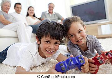 børn spille, boldspil video, og, familie, på, sofa