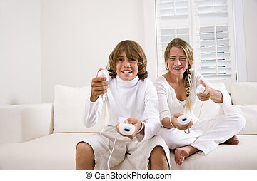 børn spille, boldspil video, på hvide, sofa