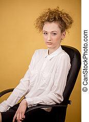 büroangestellte, in, weißes, bluse, posierend, kamera