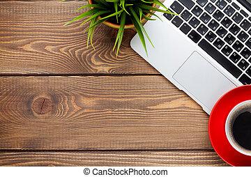 büroschreibtisch, stellen laptop computer zurück, kaffeetasse, und, blume