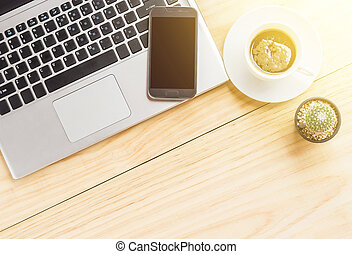 büroschreibtisch, stellen laptop computer zurück, kaffeetasse, und, klug, telefon.