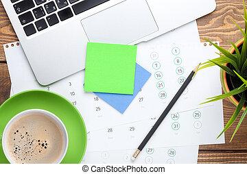 büroschreibtisch, tisch, mit, edv, vorräte, blume, und, kaffeetasse