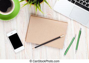 büroschreibtisch, tisch, mit, edv, vorräte, kaffeetasse, und, blume