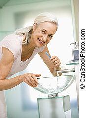 bürsten, badezimmer, woman, lächelt, z�hne
