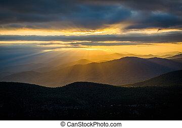 błękitne góry, carolina., grzbiet, pisgah, na, skała, las, wieniec, zachód słońca, linville, północ, gardziel, stół, krajowy