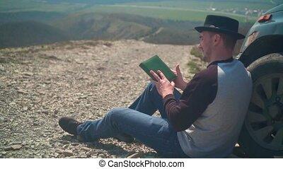błękitne koło, sweter, wóz, dżinsy, młody, book., czyta, czarnoskóry, nachylenie, siada, kapelusz, człowiek