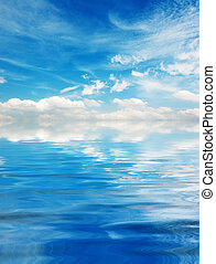 błękitne niebo, na, chmury, jezioro