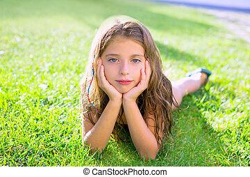 błękitne wejrzenie, dzieci, dziewczyna, odprężony, na, przedimek określony przed rzeczownikami, ogród, trawa