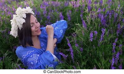 błękitny, kobieta taniec, purpurowy, wieniec, kwiat, field.,...