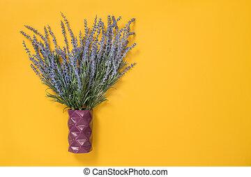 błękitny, lawenda, w, niejaki, wazon, na, żółte tło