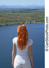 błękitny, miedzianowłosy, na, jezioro, patrząc, dziewczyna