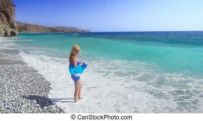 błękitny, pieszy, kobieta, młody, morze, plaża