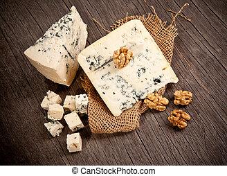błękitny ser, na, drewniany stół