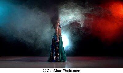 błękitny, talanted, powoli taniec, ruch, młody, czerwony, dym, kontynuować, brzuch, ruchy, czarnoskóry, dziewczyna, pociągający