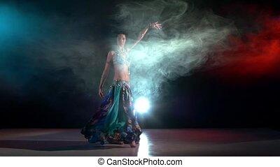 błękitny, talanted, powolny, na, strój, taniec, ruch, młody, dym, ruchy, brzuch, iść, czarnoskóry, dziewczyna, czerwony, egzotyczny, pociągający