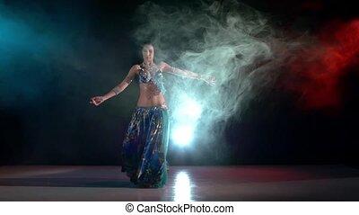 błękitny, talanted, powolny, strój, taniec, ruch, młody, dym, ruchy, brzuch, czarnoskóry, dziewczyna, czerwony, sensetive, egzotyczny, pociągający