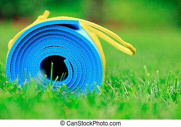 błękitny, yoga mata, na, zielona trawa, zatkać się, fotografia, stosowność, pojęcie
