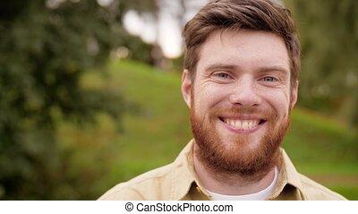 baard, verticaal, glimlachen gelukkig, rood, man