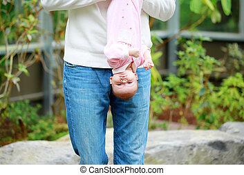 babbo, prese, il, bambino, sottosopra, outdoor.