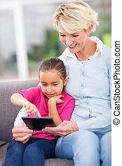 babcia, używając, wnuczka, komputer, stół