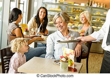 babcia, usługiwanie, wnuk, ciastko, kawiarnia, klasa
