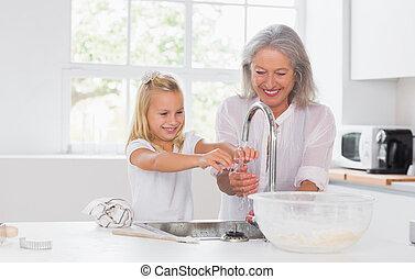babcia, wnuczka, opierunek wręcza