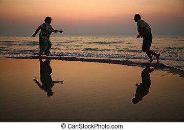 babcia, wyścigi, zachód słońca, morze, dziadek