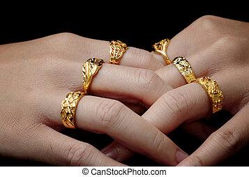 babska ręka, z, dużo, biżuteria, dzwoni, na, czarne tło