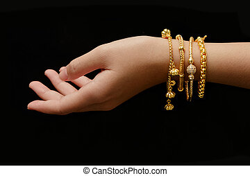babska ręka, z, dużo, różny, złoty, bransoletki, na, czarne tło