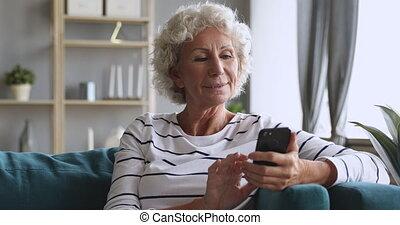 babunia, siwowłosy, ruchomy, sofa, apps, starszy, pozować, używając