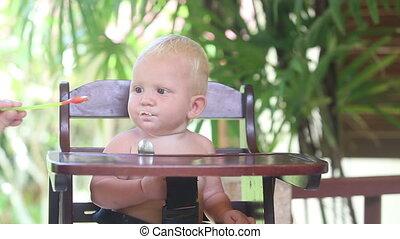 baby eat porridge