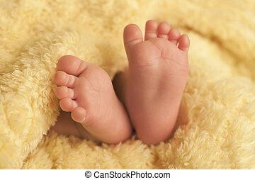 baby- füße, auf, gelbe decke